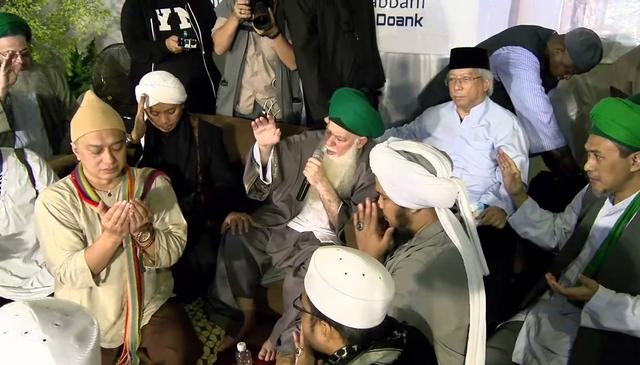 Thousand Take Bay'at in Indonesia with Mawlana Shaykh Hisham Kabbani