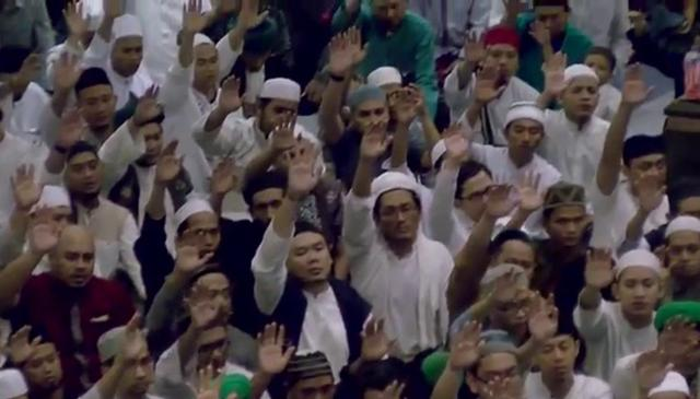 Mawlana Shaykh Hisham Kabbani (q) renewing Bay'at to thousands of mureeds in Jakarta